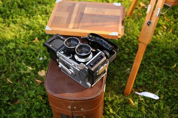 Двухобъективный фотоаппарат на мероприятии.