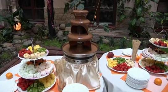 Шоколадный фонтан на свадьбу.