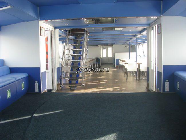 Лестница на вторую палубу.